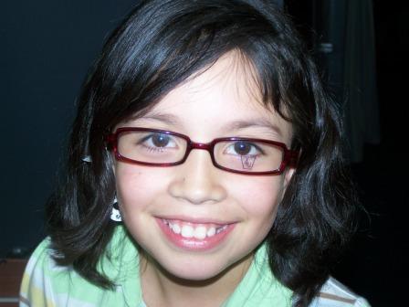 Leidi Ayala chooses her eyeglass frames - 4kids2C